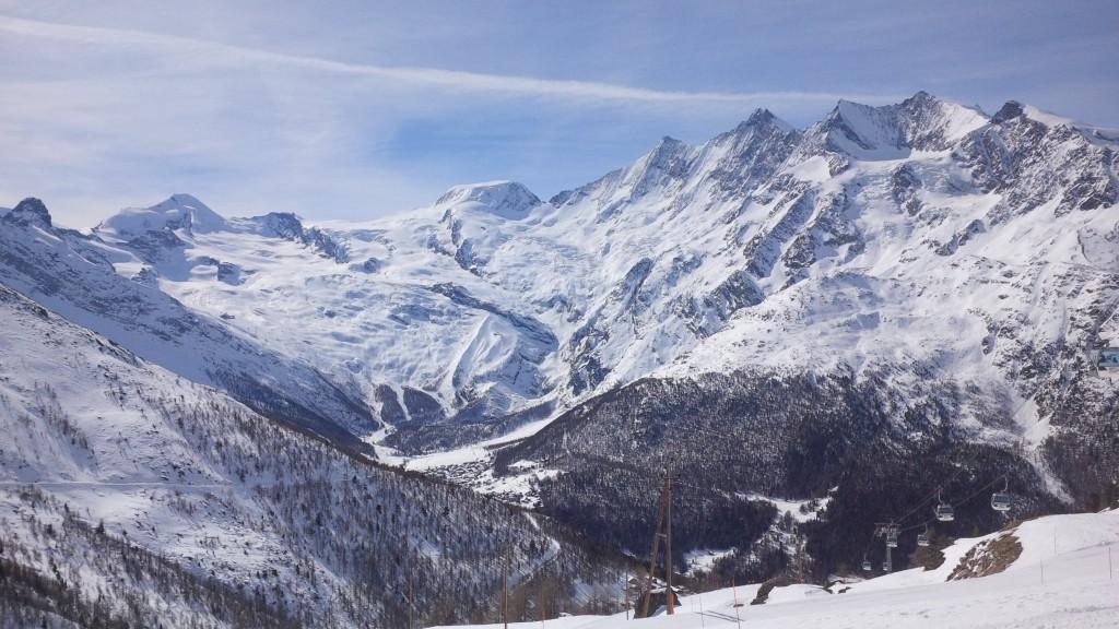 Blick auf das Skigebiet Saas-Fee - rechts der 4545m hohe Dom der hier leider das Matterhorn verdeckt