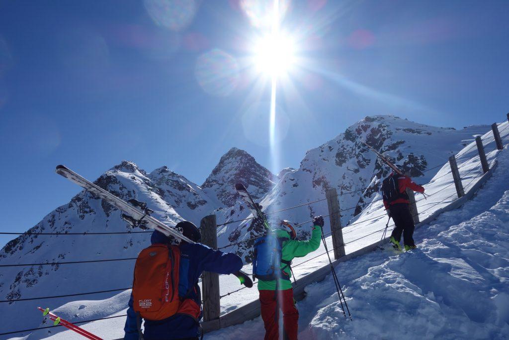 Aufstieg im Sonnenschein, Freeride in Silvretta Montafon