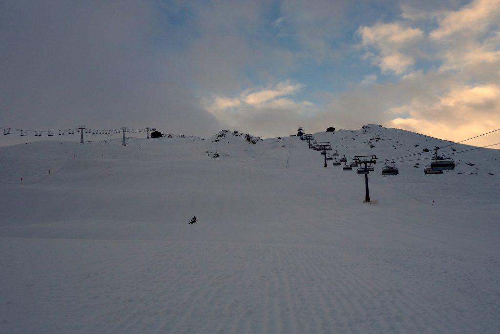 Erste Abfahrt noch vor 8 Uhr auf leerer Piste im Skigebiet Silvretta-Montafon