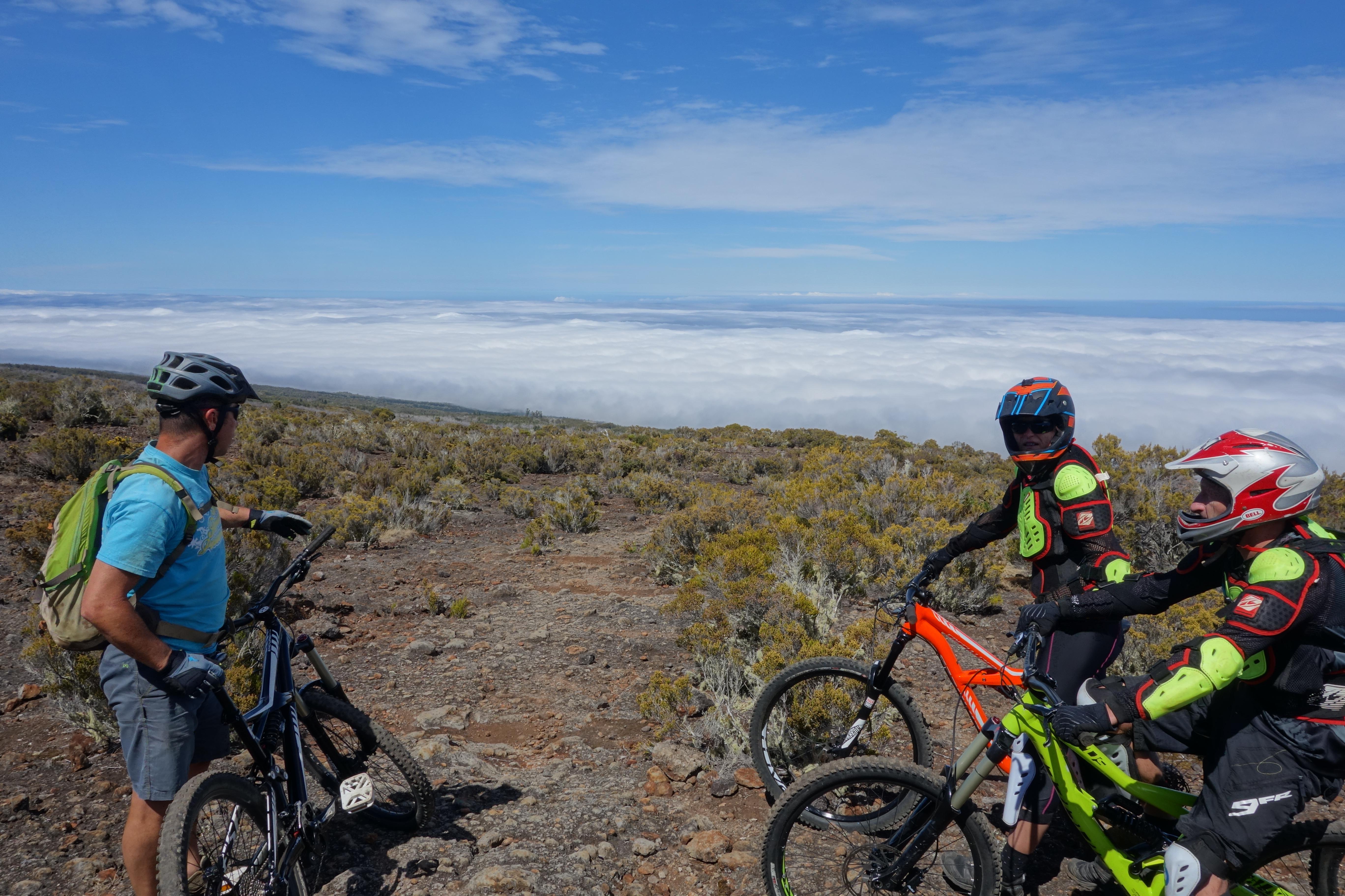 Der erste Trailabschnitt über Vulkangestein mit wenig Bewuchs
