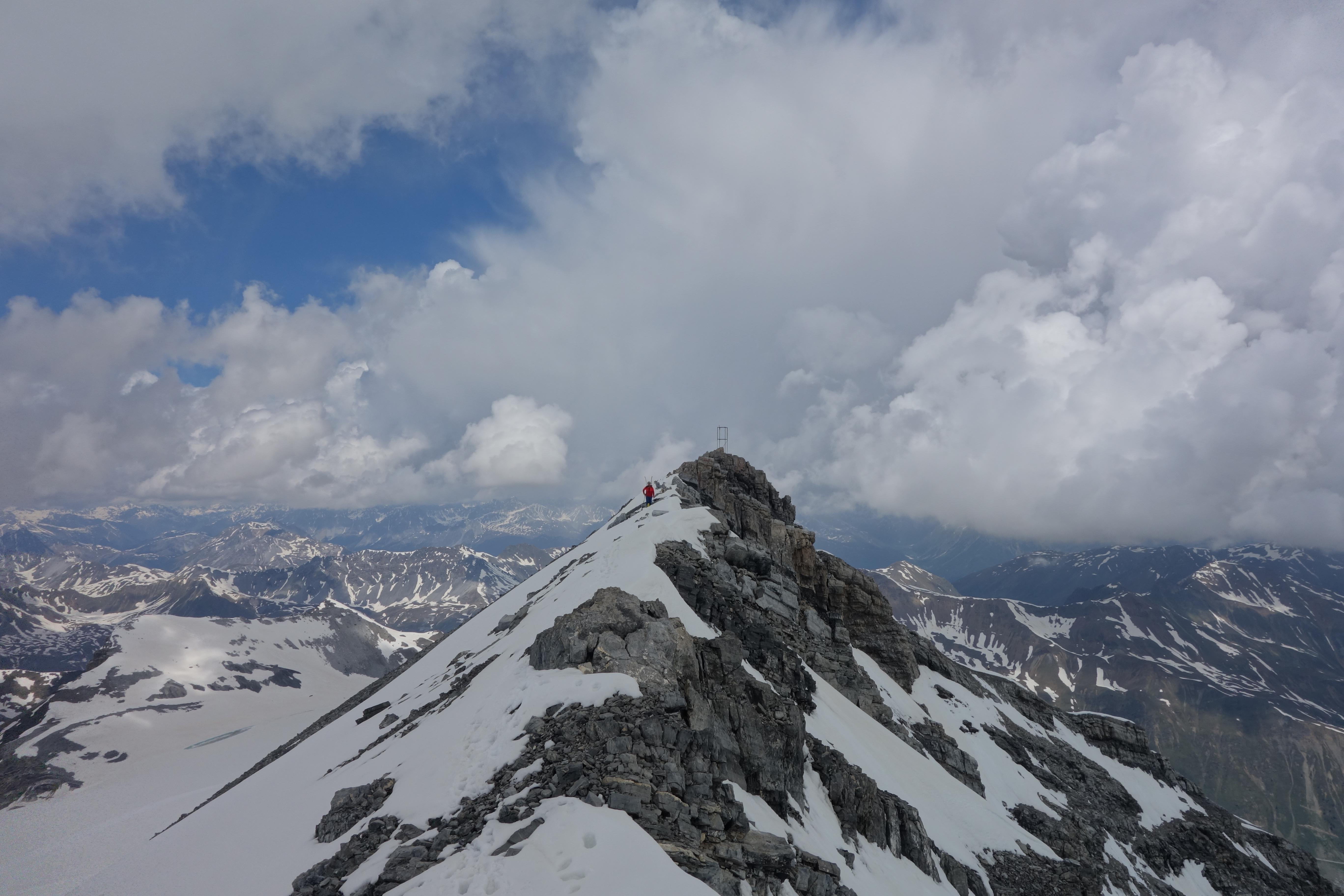 Gipfel und Südgrat der Geisterspitze. Im Hintergrund braut sich bereits ein Gewitter zusammen.