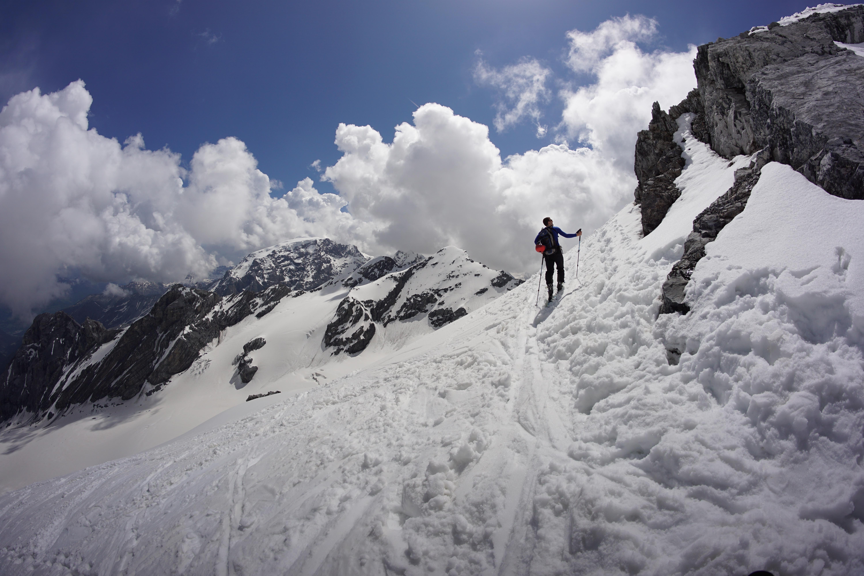 Im Aufstieg zur Geisterspitze, immer mit Blick auf den Ortler. Den Großteil der Strecke muss man die Ski tragen.