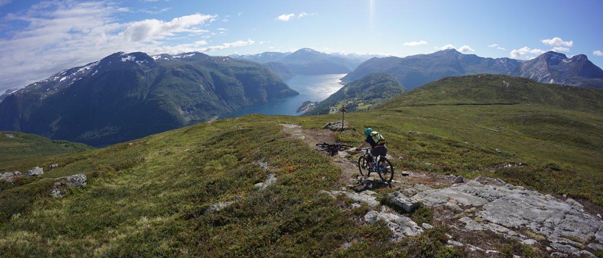 Permalink auf:Freeriden in Norwegen: Der Mefjellet, ein traumhafter Gipfel hoch über dem Tafjord