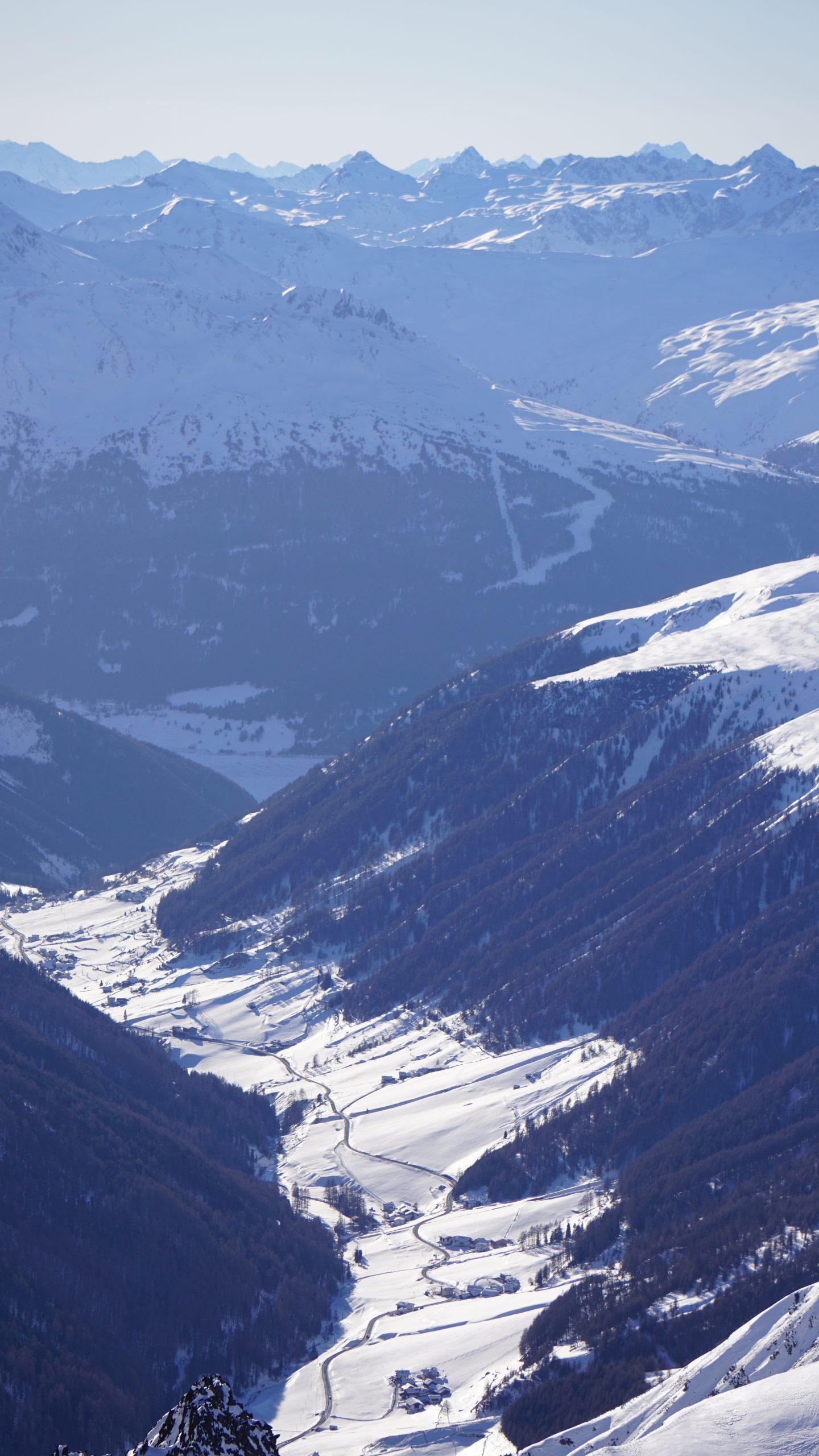 Blick vom Karlesjoch ins Langtauferertal und den Reschensee (heute eingeschneit)