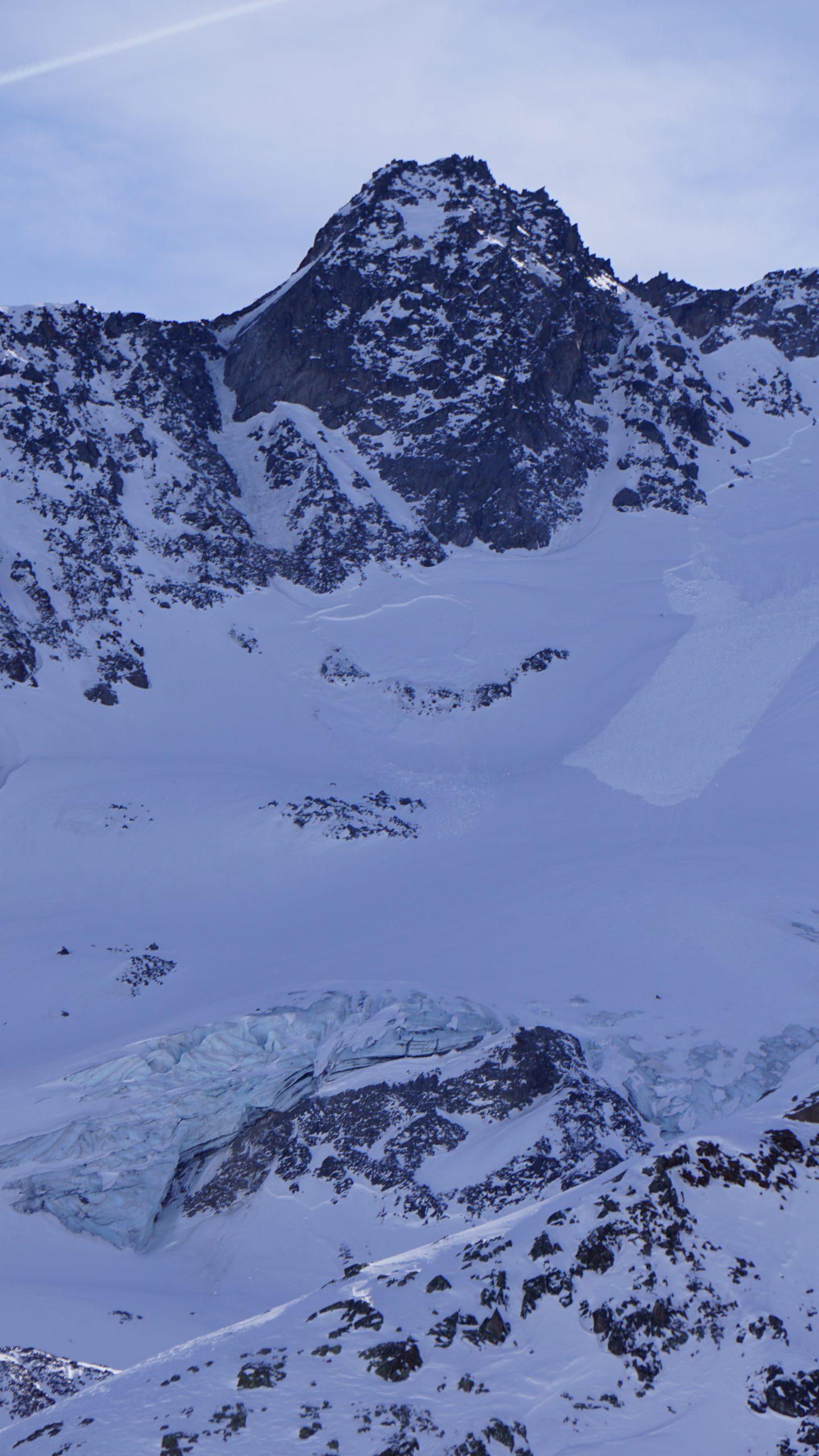 Der Kaunertaler Gletscher trohnt über dem Skigebiet - im Hintergrund der Zahn